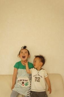 兄弟 子供 子ども こども 笑顔 人物 二人 明るい
