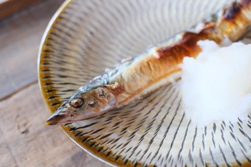 さんま サンマ 秋刀魚 塩 塩焼き さんまの塩焼き サンマの塩焼き 秋刀魚の塩焼き 焼魚 焼き魚 鮮魚 魚 グリル 和食 旬 料理 調理 ガスレンジ 焼く 秋の味覚 秋 旬の魚 cooking japanesefood saury 食卓 大根おろし 大根