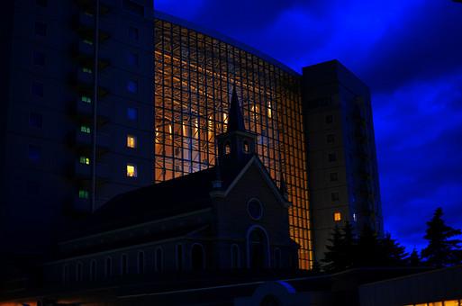 チャペル 結婚式場 電気 照明 電灯 建物 ガラス 建造物 建築 間接照明 外観 屋外 外 景色 風景 結婚式 夜 夜景 シルエット 空 雲 植物 自然 樹 木