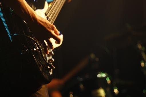 ライブ ライブハウス 音楽 楽器 ミュージック 演奏 演奏家 演奏会 発表会 コンサート 披露 クラブ ステージ 趣味 イベント 道具 機材 装置  プレー パフォーマンス プレイ 弾く 生演奏 会場 ミュージシャン アーティスト 人物 手 ギター ベース 弦