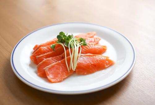 サーモン 魚介 魚介類 魚 魚料理 料理 飲食 食事 食物 食べ物 鮭 屋内 マリネ 1皿 無人 皿 洋皿 かいわれ大根 野菜 緑色 オレンジ色 食卓 テーブル 新鮮 イタリア料理