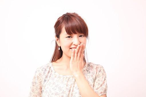 人 人間 人物 人物写真 ポートレート ポートレイト 女性 女 女の人 若い女性 女子 レディー 日本人 茶髪 ブラウンヘア セミロングヘア  白色 白背景 白バック ホワイトバック  手 指 ポーズ  笑顔 笑う 手のポーズ ほくそ笑む 口に手 隠す 口を隠す mdfj012