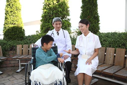 医師 医者 ドクター 白衣 男性 男 管理職 病院 医院 お医者さん 医療 ナース 看護師 看護婦 患者 車椅子 子供 入院 ベテラン 若い じゃんけん 庭 遊ぶ 笑顔 聴診器 励ます 元気づける 日本人   mdjm013 mdmk003 mdjf034