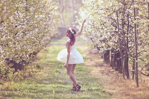 外人 外国人 女性 女 女の人 女の子 少女 モデル 美人 かわいい カワイイ 可愛い 美しい きれい キレイ 春の少女 白 ホワイト レース 春 花 フラワー 木 葉 草 緑 ドレス ミニスカート 花冠 冠 mdff035