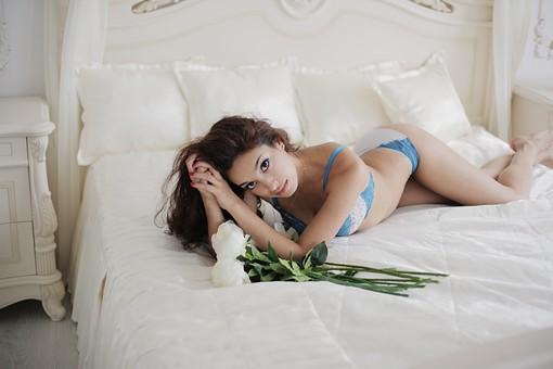 外国人 女性 ファッション 白人 モデル 20代 レディース 1人 一人 下着 ランジェリー 綺麗 美しい 美人 美女 ロングヘア 室内 屋内 スタジオ撮影 ベッド セクシー 部屋 花束 ポーズ ポージング 寝る 寝転がる 寝そべる 髪をかきあげる くびれ カメラ目線  mdff008