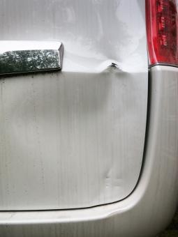 車 追突 車両 へこみ 凹 キズ サビ 傷 保険 賠償 塗装 リア 修理 修繕 メンテナンス 工場