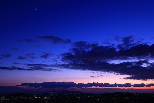 夜景 夜 月 月明かり 月夜 夜空 夕日 夕焼け 夕方 夕暮れ 日没 景色 風景 自然 環境 空 雲 逆光 シルエット 影 町並み 街並 星 星空 変化