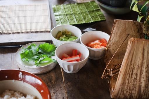 巻き寿司準備 巻き寿司 まきずし 巻きすし 寿司 すし スシ まきす 巻きす 巻き簀 マキス しそ シソ 紫蘇 大葉 カニカマ かにかま カニかま アボカド のり ノリ 海苔 sushi sushiroll 竹の皮 笹の葉