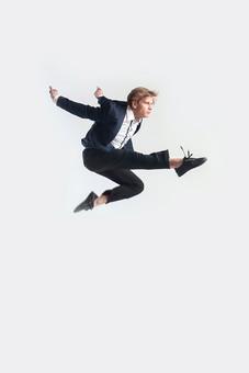 ダンス ダンサー ポーズ 体勢 姿勢 体位 ステップ 踊る 踊り 運動 スポーツ 振り付け 振付 振り 男性 男 外国人 金髪 若い 全身 手 腕 上げる 後ろ 腕を振る 足 脚 曲げる 伸ばす キック 蹴る 蹴り上げる 飛ぶ ジャンプ 跳躍 背景 白 ホワイト mdfm074