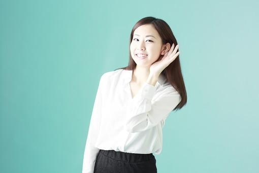 人物 日本人 女性 若者 若い  20代 かわいい 清楚 ロングヘア 長髪  ブラウス シャツ 白 屋内 スタジオ撮影  背景 緑 グリーンバック おすすめ ポーズ  表情 上半身 耳を澄ます 聴く 手を当てる 耳 笑顔 スマイル 聞き耳 噂話 mdjf009