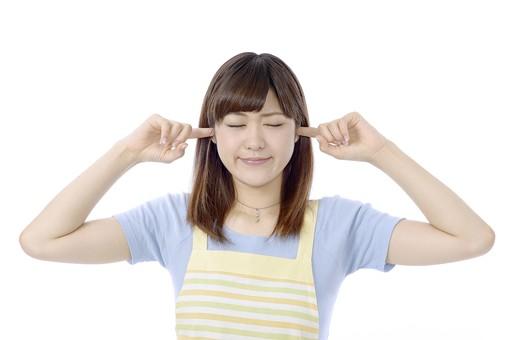 人物 屋内 白バック 白背景 日本人 1人 女性 20代 30代 エプロン  奥さん 奥様 婦人 家庭人 夫人 主婦 若い ポーズ 顔 表情 手 指 人差し指 耳  当てる ふさぐ 塞ぐ 指で耳をふさぐ 聞こえない 聞かない 聞こえ シャットアウト 閉ざす 拒む 除く 防ぐ 防御 目 目を閉じる 閉じる つむる 瞑る 両目 静寂 mdjf018