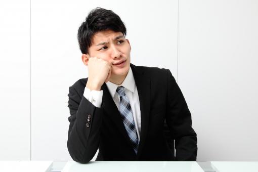 人物 生物 人間 男性 若い 青年 アジア アジア人 日本 日本人 オフィス  仕事 ビジネス ビジネスマン 職業 スーツ フォーマル 会社 働く 座る デスク 正面 休憩 頬杖 考える 悩む mdjm002