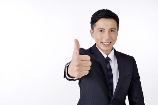 日本人 男性 男 男子 Men スーツ 背広 仕事 Job 働く サラリーマン 就労 労働 勤労 勤務 ビジネス  業務 お仕事 会社 オフィス 事務所 通勤 屋内 室内 白背景 ポーズ 20代 30代 ビジネスマン サムズアップ グッド Good mdjm001