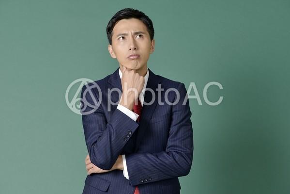 考えるビジネスマン1の写真
