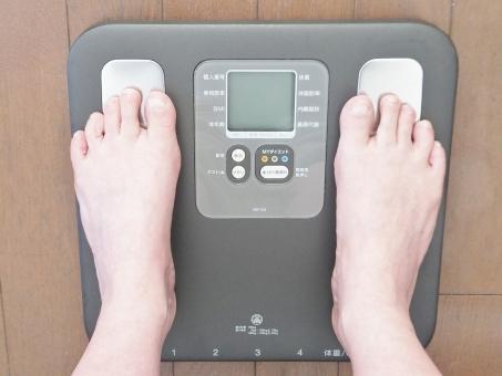 体重計 ヘルスメーター 体重測定 足 女性 人物 体脂肪 ダイエット 測る 計る メタボ メタボリックシンドローム メタボリック症候群 隠れ肥満 内臓脂肪 運動 カロリー制限 健康 ヘルス 浴室 お風呂場 食事制限 ぽっちゃり体型 太る デブ 中年太り 骨粗しょう症 産後太り 美容 ぶよぶよ ブヨブヨ ぜい肉 皮下脂肪 足首 脚 食べ過ぎ 飲みすぎ 不摂生 悩む 悩み 暴飲暴食 若返り 健康維持 太い 重い 重量 日課 毎日 継続