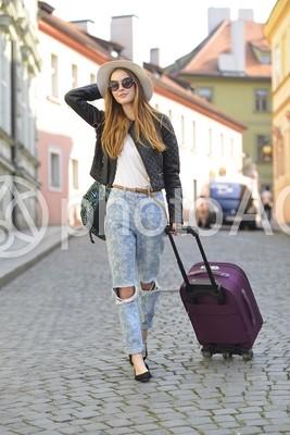 キャリーバッグを持って歩く女性3の写真