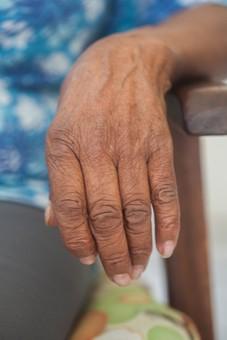 人物 老人 お年寄り 高齢者 シルバー   年老いた手 ハンドパーツ 手 指 ハンド   パーツ 手の表情 年老いた手 皺 しわ   シワ クローズアップ 女性 おばあちゃん おばあさん いす イス 椅子 ひじ掛け 肘掛け 座る 片手 正面 手元 手先 指先