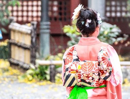七五三 お祝い 可愛い かわいい カワイイ 着物 ピンク お祝い 神社 髪 結う 庭園 子供 こども 子ども おんな 女 女の子