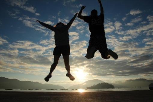 朝日にジャンプの写真