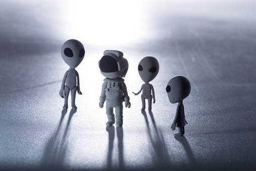 メタリック モノクロ 白黒 灰色 グレー 囲む 囲まれる 3人 三人 親子 家族 兄弟 姉妹 ピンチ 灰色 グレイ 光 ライト ライトアップ 月 月明り ねんど 粘土 クレイ クレイドール クレイアート 人形 立体 クラフト スペース コスモ 火星人 宇宙 宇宙人 宇宙船 エリア51 エイリアン インベーダー 未来 未知との遭遇 未確認飛行物体 未確認生物 ユーマ 地球外生命体 SF UFO 円盤 科学 ファンタジー デフォルメ 雑貨 かわいい かわいらしい 柔らかい ユーモラス 星 惑星 人 人物 宇宙飛行士 宇宙服 出会う コンタクト 発見 遭遇 敵 科学 探検 調査 冒険 星 惑星 太陽系 銀河 地球人