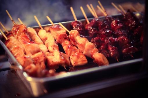 焼鳥 やきとり 焼き鳥 ヤキトリ 美味しい 店 屋台 人気 日本 鳥 鶏 炭 焼く 網 バーベキュー うまい 串 レバー 煙