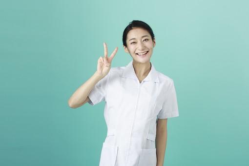人物 女性 日本人 20代 30代   仕事 職業 医療 病院 看護師  ナース 医者 医師 女医 薬剤師  白衣 看護 屋内 スタジオ撮影 背景  グリーンバック おすすめ ポーズ 上半身 ピース ピースサイン Vサイン 笑顔 mdjf010