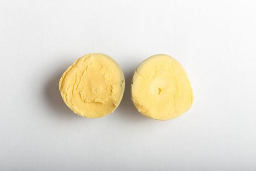 たまご 卵 玉子 タマゴ エッグ 卵色 料理 食べ物 食材 食料 物撮り 屋内 人物なし 上から視線 レシピ  1個 ボイル ゆで卵 半分 半割り 黄身だけ 白バック 床 白 2切れ 影 卵黄