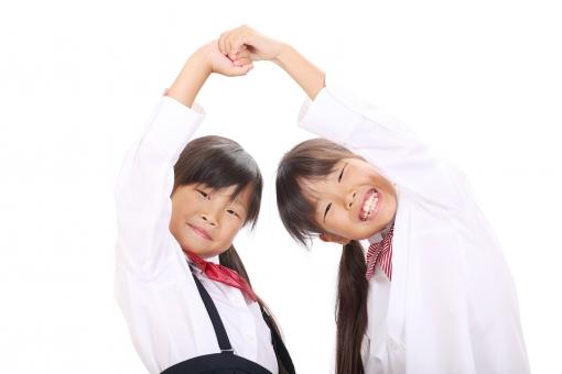 女の子 小学生 女性 子供 学生 生徒 低学年 人物 少女 ポートレート 日本人 モデル 笑顔 えがお にこやか 可愛い かわいい 可愛らしい 姉妹 姉 妹 友人 友達 友だち 家族 2人 二人 仲良し 手をつなぐ つなぐ 手 楽しい たのしい うれしい 嬉しい 喜び 喜ぶ 愉快 笑う 若い 小さい 明るい 朗らか 学生服 ブラウス スクールリボン 白バック 白背景 10歳未満 表情 ポーズ スタジオ撮影 スタジオ 室内 屋内 アップ 白 背景 上半身