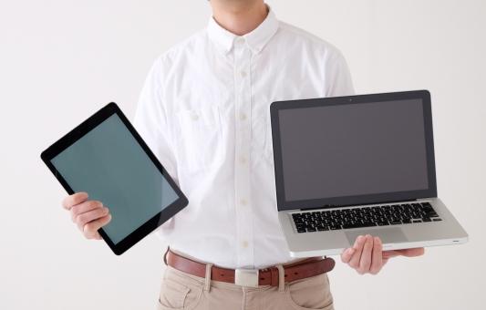 ノートパソコン パソコン pc ビジネス ノートpc デバイス タブレット 端末 画面サイズ 比較 タッチpc ipad 対応 コンピューター it it機器 画面 用途 ネットワーク テクノロジー 選択 便利 ボディーパーツ 人 モデル ホワイトバック 白バック 白