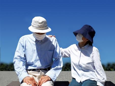 人物 手 帽子 夏 母親 父親 肩 屋外 青空 男女 マスク シニア 熟年 老人 マッサージ 疲れ 体調不良 疲労 高齢者 老後 シルバー 暑い 真夏 介護 介護士 福祉 ヘルパー 老夫婦 触る 年配 猛暑 祖父 祖母 心配 両親 具合が悪い うなだれる 酷暑 健康長寿 介助 認知症 息苦しい 老々介護 高齢化社会 老老介護 熟年夫婦 蒸れる 高齢夫婦 老親 マスク熱中症