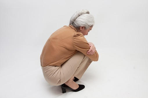人物 女性 外国人 外人 外国人女性  外人女性 高齢者 老人 年配 シニア  シルバー モデル 60代 70代 白髪  ポーズ 屋内 スタジオ撮影 白バック 白背景 座る しゃがむ 膝を抱える 考える 悩む ぼんやり 憂鬱 落ち込む 塞ぎこむ 全身 後姿 後ろ姿 背中 孤独 mdfs004