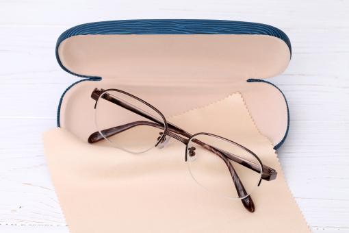 メガネ 眼鏡 めがね フレーム レンズ プラスチック ガラス プラスチックレンズ 無人 アップ アクセサリー デザイン 視力 近視 近眼 ファッション スタイル 目 男性用 メンズ 男性 流行 スティルライフ 静物 机 テーブル 小物 メガネケース ケース メガネ拭き クロス 眼鏡拭き 布 めがね拭き 必需品 老眼鏡 老眼 金属 白 背景 バックグラウンド 余白 コピースペース 白色 人物なし 白バック 白背景 スタジオ撮影 日本