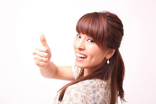 人 人間 人物 人物写真 ポートレート ポートレイト 女性 女 女の人 若い女性 女子 レディー 日本人 茶髪 ブラウンヘア セミロングヘア  白色 白背景 白バック ホワイトバック  手 指 ポーズ  笑顔 笑う  歯  手のポーズ 指を立てる 親指 親指を立てる サムズアップ グッド 良し ナイス グッジョブ 肘を曲げる 振り向く mdfj012