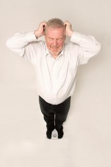 シニア 外国人 正面 ひげ 髭 全身 髭面 白髪 シャツ 一人 初老 白背景 アップ 両手 上げる 頭痛 頭 当てる 立つ 室内 嘆く 目を瞑る 叫ぶ 泣き叫ぶ わめく オーマイゴット 悲しむ 悲嘆 大声 悲鳴 絶叫 なんてこった 上から視線 黒 ズボン 体重計 載る 表情 リアクション 男性 全身 mdjms002