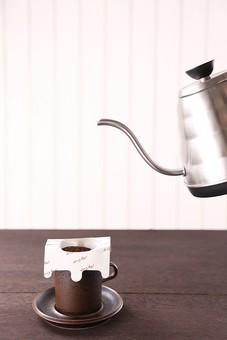コーヒー 珈琲 茶色 ドリップ 香り ペーパー お湯 コーヒー豆 カフェ 豆 カップ 泡 ティーカップ 美味しい コーヒーペーパー 飲物 飲み物 飲料 焙煎 カフェイン 机 テーブル 食卓 食材 豆類 ロースト coffee モカ コロンビア ブルーマウンテン   原料 無人 深煎り やかん ドリップバッグ ドリップパック