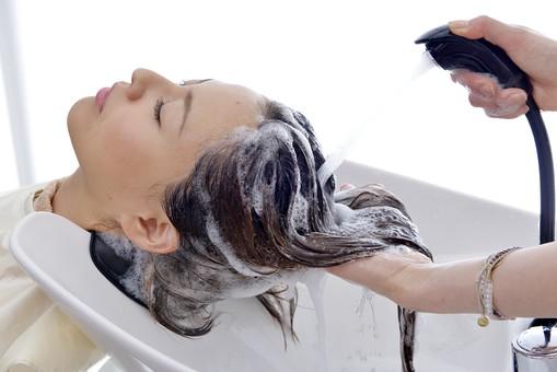 人物 女性 日本人 若い 若者  20代 お客 モデル カットモデル 美容室  美容院 ヘアーサロン  仕事 職業 美容師  屋内 お店 店内 ヘアカット ヘアセット セミロング  美容 ビューティー おしゃれ オシャレ ケープ  シャンプー台 洗髪 洗う シャンプー 流す 洗い流す 顔 アップ 横顔 mdjf003