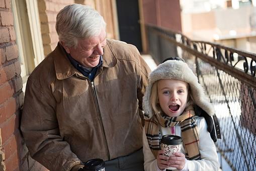 外国人 少女 女の子 女 ガール 子供 チルドレン チャイルド かわいい キュート 孫 祖父 おじいさん おじいちゃん 老人 お年寄り 男性 男 白髪 上半身 飲み物 温かい ホット ホットドリンク ドリンク カップ 下を向く 下を見る 笑顔 笑う スマイル にっこり 嬉しい ハッピー 接写 クローズアップ 背景 アパート 渡り廊下 冬 屋外 mdfk030 mdjms012