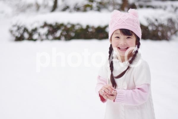 雪で遊ぶ子供の写真