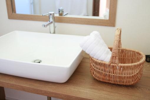 洗面器 カゴ タオル 鏡 水道 蛇口 ナチュラル 暮らし 爽やか インテリア 光 白 清潔 洗面所 洗面 朝 水道