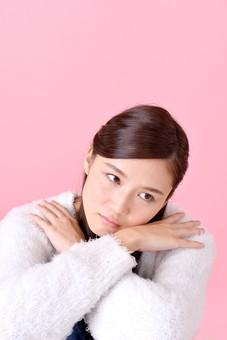 人物 女性 日本人 若者 若い  20代 美人 かわいい ロングヘア カジュアル  ラフ 私服 セーター ニット 屋内  スタジオ撮影 背景 ピンク ピンクバック ポーズ  おすすめ 上半身 物思い 考え事 ぼんやり 悩み mdjf007