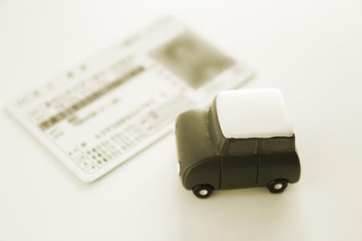 運転免許証 自動車 普通自動車免許 ライセンス カード 身分証明 証明 運転手 運転者 ドライバー ドライブ 遠出 年数 更新時期 免許の更新 免許センター 条件 番号 素材 背景 背景素材 紛失 届出 悪用 偽造 外国人 海外 国内 犯罪 交通違反