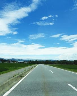 道路 道 路 1本道 一本道 直線道路 風景 青空 青い空 空 晴天 晴れ 季節 7月 雲 くも クモ クラウド 田舎 地方 8月 夏 夏休み 背景 山 素材 材料 交通 ドライブ ドライブ中 お出かけ お出掛け 木 縦 大自然 自然