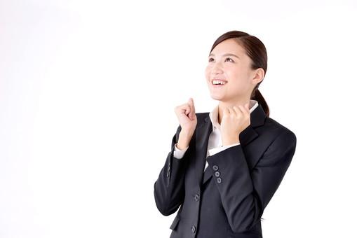 人物 日本人 女性 若い 若者  20代 スーツ 就職活動 就活 就活生  社会人 OL ビジネス 新社会人 新入社員  フレッシュマン 面接 真面目 清楚 屋内  白バック 白背景 上半身 ガッツポーズ 張り切る 頑張る 笑顔 見あげる ビジネスマン mdjf007