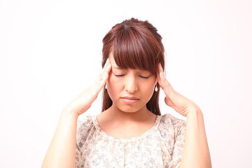 人 人間 人物 人物写真 ポートレート ポートレイト 女性 女 女の人 若い女性 女子 レディー 日本人 茶髪 ブラウンヘア セミロングヘア  白色 白背景 白バック ホワイトバック  手 指 ポーズ ショック 肘を曲げる 額に手 頭痛 頭が痛い 目をつぶる 目をつむる リラックス ふらつく めまい 押す 側頭部 集中 俯く 目を閉じる 閉じる mdfj012