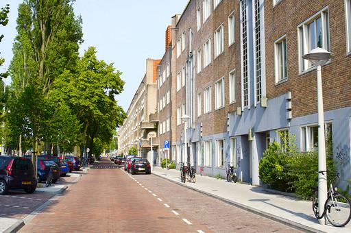 オランダ Holland アムステルダム 都市 長屋 住宅 マンション ショップ 道路沿い 車道 駐車場 アパート 住居 家 レンガ 街路樹 街灯 通り 建物 ハウス  ホーム 歩道 街並み 観光地 散歩 散策
