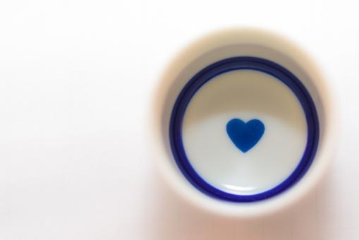ハート 酒 アルコール 飲む 日本酒 ハート 愛情 愛 ラブ 白バック コピースペース 小物 円 丸 青