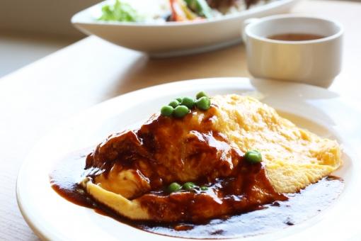 オムライス ドミグラスソース デミグラスソース 卵料理 ご飯物 ランチ 食事 レストラン カフェ グリーンピース サラダ 窓辺 窓際 カフェごはん
