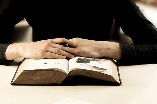 本 ブック 書物 書籍 図書 読書 読む 趣味 勉強 人物 男性 男 上半身 ページ 捲る めくる 開く 接写 クローズアップ 手 両手 ペン 持つ 手を組む 重ねる 置く