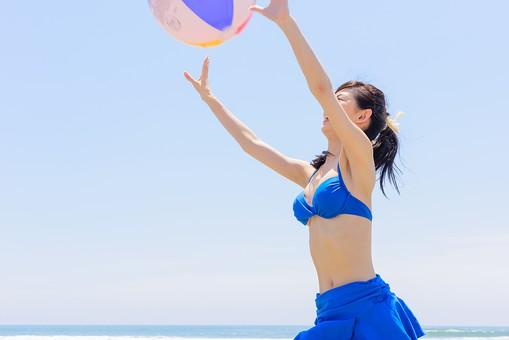 ビキニ 水着 日本人 ビーチ 海 砂浜 人物 旅行 旅 観光 オーシャン 青 ブルー 波 トラベル ホリデー 青空 晴天 晴れ 美女 綺麗 野外 屋外 夏 常夏 楽園 ビーチバレー ビーチボール 遊び ビーチスポーツ 一人 上半身 女性 海水浴 mdjf011