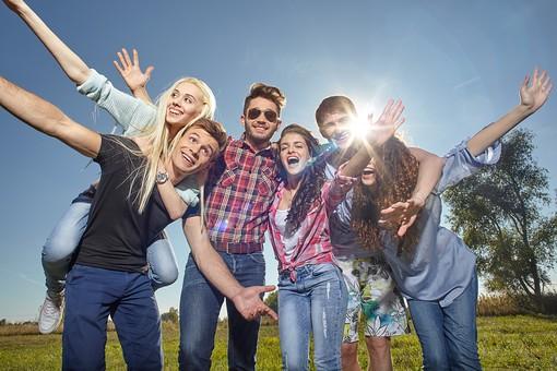 男性 人物 20代 笑顔 女性 ファッション カジュアル 明るい 楽しい 仲良し 屋外 青空 友達 寄り添う 男女 複数 仲間 野外 集まる グループ 光 草原 爽やか 太陽 集合 大学生 モデル 外国人 肩を寄せる 青春 若者たち 和気あいあい mdff025 mdff026 mdff027 mdfm007 mdfm008 mdfm009